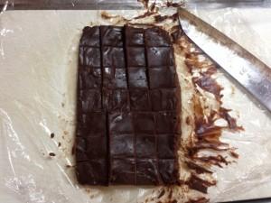 生チョコを包丁でカット