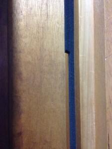 ダイソーのすきまテープで襖のすきまを塞ぐ