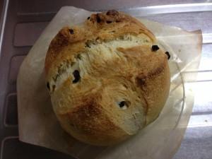 焼けたパンをオーブンシートごとオーブンから取り出す