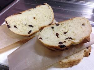 スライスしたパンにオーブンシートを蛇腹に挟み込む