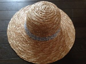 ダイソーの麦わら帽子(表)